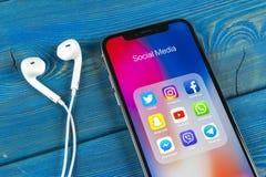 Apple iPhone X med symboler av social massmediafacebook, instagram, kvittrande, snapchatapplikation på skärmen Sociala massmedias Royaltyfri Foto
