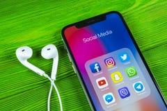 Apple iPhone X med symboler av social massmediafacebook, instagram, kvittrande, snapchatapplikation på skärmen Sociala massmedias Arkivfoton