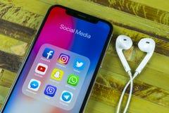 Apple iPhone X med symboler av social massmediafacebook, instagram, kvittrande, snapchatapplikation på skärmen Sociala massmedias Royaltyfria Foton