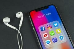Apple iPhone X med symboler av social massmediafacebook, instagram, kvittrande, snapchatapplikation på skärmen Sociala massmedias Arkivbild