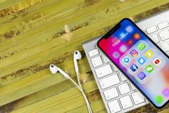 Apple iPhone X med symboler av social massmediafacebook, instagram, kvittrande, snapchatapplikation på skärmen Sociala massmedias Arkivfoto