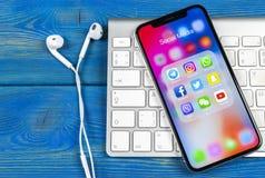 Apple iPhone X med symboler av social massmediafacebook, instagram, kvittrande, snapchatapplikation på skärmen Sociala massmedias Royaltyfria Bilder