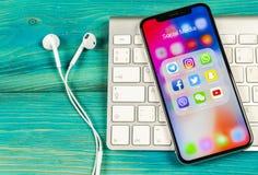 Apple iPhone X med symboler av social massmediafacebook, instagram, kvittrande, snapchatapplikation på skärmen Sociala massmedias Royaltyfri Fotografi