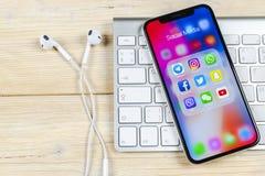 Apple iPhone X med symboler av social massmediafacebook, instagram, kvittrande, snapchatapplikation på skärmen Sociala massmedias Fotografering för Bildbyråer