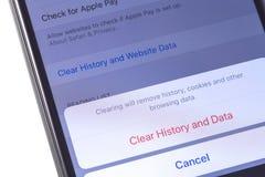 Apple-iPhone met browser Safari verwijdert geschiedenis, koekjes en oth stock foto's