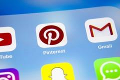 Apple-iPhone 7 met pictogrammen van sociale media facebook, instagram, tjilpen, snapchat toepassing op het scherm Smartphone-soci Royalty-vrije Stock Foto's