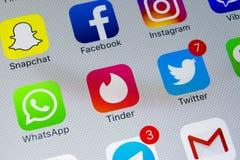Apple-iPhone X met pictogrammen van sociale media facebook, instagram, tjilpen, snapchat toepassing op het scherm Sociale media p Royalty-vrije Stock Foto