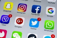 Apple-iPhone X met pictogrammen van sociale media facebook, instagram, tjilpen, snapchat toepassing op het scherm Sociale media p Stock Fotografie