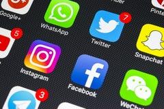 Apple-iPhone X met pictogrammen van sociale media facebook, instagram, tjilpen, snapchat toepassing op het scherm Sociale media p Stock Afbeelding