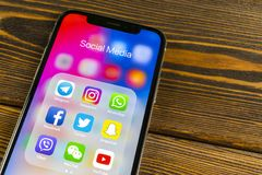 Apple-iPhone X met pictogrammen van sociale media facebook, instagram, tjilpen, snapchat toepassing op het scherm Sociale media p Stock Afbeeldingen