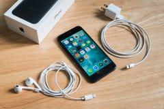 Apple-iPhone 7 mit Earpods, Stromadapter und dem Kastenpaket Lizenzfreies Stockbild