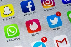 Apple-iPhone X mit Ikonen von Social Media facebook, instagram, Gezwitscher, snapchat Anwendung auf Schirm Social Media-Ikonen So Lizenzfreies Stockfoto