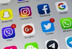Apple-iPhone X mit Ikonen von Social Media facebook, instagram, Gezwitscher, snapchat Anwendung auf Schirm Social Media-Ikonen so Lizenzfreie Stockfotos