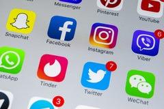 Apple-iPhone X mit Ikonen von Social Media facebook, instagram, Gezwitscher, snapchat Anwendung auf Schirm Social Media-Ikonen so Stockbilder