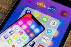 Apple iPhone X och iPad med symboler av social massmediafacebook, instagram, kvittrande, snapchatapplikation på skärmen Social ma Royaltyfria Foton