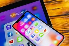 Apple iPhone X och iPad med symboler av social massmediafacebook, instagram, kvittrande, snapchatapplikation på skärmen Social ma Royaltyfria Bilder