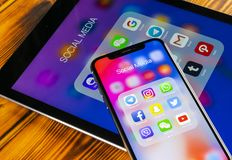Apple iPhone X och iPad med symboler av social massmediafacebook, instagram, kvittrande, snapchatapplikation på skärmen Social ma Royaltyfri Foto