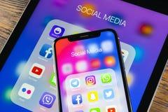 Apple iPhone X och iPad med symboler av social massmediafacebook, instagram, kvittrande, snapchatapplikation på skärmen Social ma Fotografering för Bildbyråer