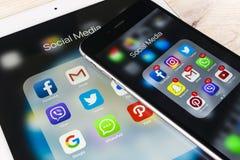 Apple iPhone 7 och iPad som är pro- med symboler av social massmediafacebook, instagram, kvittrande, snapchatapplikation på skärm Arkivbild