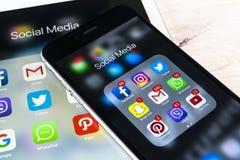Apple iPhone 7 och iPad som är pro- med symboler av social massmediafacebook, instagram, kvittrande, snapchatapplikation på skärm Arkivfoto