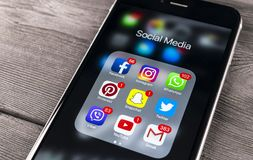 Apple-iPhone 7 op houten lijst met pictogrammen van sociale media facebook, instagram, tjilpen, snapchat toepassing op het scherm stock foto's