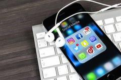 Apple-iPhone 7 op houten lijst met pictogrammen van sociale media facebook, instagram, tjilpen, snapchat toepassing op het scherm Royalty-vrije Stock Fotografie