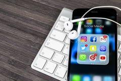 Apple-iPhone 7 op houten lijst met pictogrammen van sociale media facebook, instagram, tjilpen, snapchat toepassing op het scherm Stock Foto