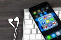 Apple-iPhone 7 op houten lijst met pictogrammen van sociale media facebook, instagram, tjilpen, snapchat toepassing op het scherm Royalty-vrije Stock Foto's