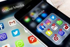 Apple iPhone 7 på iPad som är pro- med symboler av social massmediafacebook, instagram, kvittrande, snapchatapplikation på skärme Arkivbilder