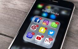 Apple iPhone 7 på trätabellen med symboler av social massmediafacebook, instagram, kvittrande, snapchatapplikation på skärmen Sma Arkivfoton