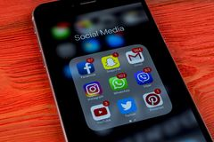 Apple iPhone 7 på trätabellen med symboler av social massmediafacebook, instagram, kvittrande, snapchatapplikation på skärmen Sma Royaltyfri Fotografi