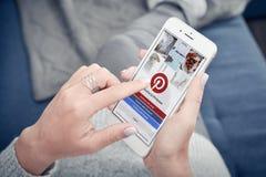Apple Iphone 8 plus met Pinterest op het scherm Stock Fotografie