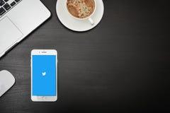 Apple-iPhone 8 plus met Twitter app Stock Fotografie