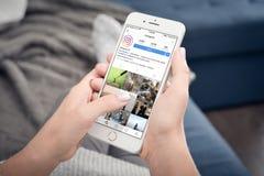 Apple-iPhone 8 Plus mit Instagram-Profil Lizenzfreies Stockbild