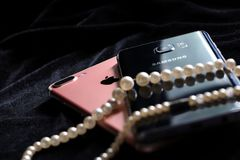 Apple-iPhone 7 Plus und Samsungs-Galaxie-Anmerkung 5 lizenzfreies stockfoto