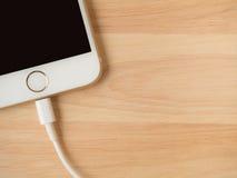 Apple iPhone6 que encarga del cable del relámpago USB Fotografía de archivo libre de regalías