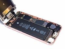 Apple-iPhone 6S auseinandergebaut, Komponenten nach innen zeigend lizenzfreies stockfoto