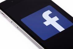 Apple-iPhone 6s en embleem van Facebook op het scherm Facebook is Stock Foto