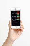 Apple-iPhone5s kleur gouden tonend Bloomberg app. Stock Fotografie