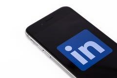 Apple-iPhone 6s met embleem LinkedIn op het scherm LinkedIn - Soc Stock Foto