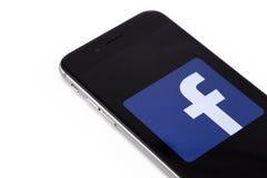 Apple-iPhone 6s met embleem van Facebook op het scherm Facebook is Stock Afbeeldingen