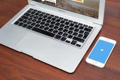 Apple-iPhone 5S met Twitter-embleem op het scherm Stock Foto