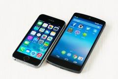 Apple-iPhone 5S und Google-Verbindung 5 Stockfotos