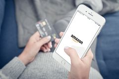 Apple Iphone 8 sinais de adição com Amazonas app móvel da carga Imagens de Stock Royalty Free