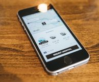 Apple Iphone Smartphone και uber app με το uberpool Στοκ Εικόνες