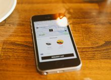 Apple Iphone Smartphone και uber app με το uberpool Στοκ εικόνα με δικαίωμα ελεύθερης χρήσης