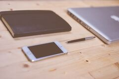 apple-iphone-smartphone-desk Royalty Free Stock Photo