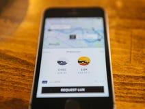 Apple Iphone Smartphone e uber app con il uberpool Fotografie Stock