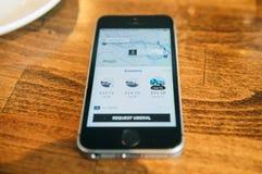 Apple Iphone Smartphone e uber app con il uberpool Fotografie Stock Libere da Diritti