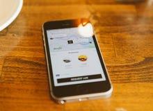 Apple Iphone Smartphone und uber APP mit uberpool Lizenzfreies Stockbild